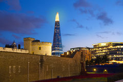 Skärva av exponeringsglas och kontorsbyggnader i skymning London Royaltyfri Foto