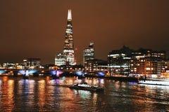 Skärvabyggnaden och Themsen vid natt, London, England, UK Arkivbilder