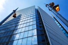 Skärvan av exponeringsglas reflekterade i ett annat glas- torn royaltyfria bilder