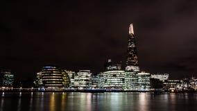 Skärvan och byggnaden i London på natten Royaltyfri Foto