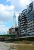 Skärvan och de moderna London byggnaderna Fotografering för Bildbyråer