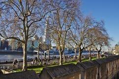 Skärvaskyscraperoveren som ses från tornet av London väggar Royaltyfri Bild