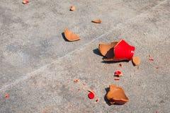 Skärvor av den brutna krukan för röd lera royaltyfria foton