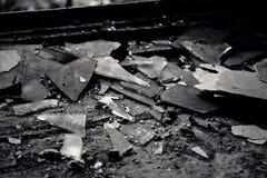 Skärvor av exponeringsglas i övergett hus Royaltyfria Foton