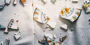 Skärvor av keramiskt plattakoppar och porslin för bruten lerkärl arkivbilder