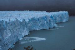 Skärvor av is som kalvar av framsidan av en glaciär royaltyfri fotografi