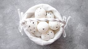 Skład biali tradycyjni kropkowani Wielkanocni jajka w białym łozinowym koszu zdjęcie wideo