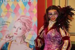 Skådespelare av teatern av balett, premiärministern hälsade gäster i de statliga rummen av slotten Olympia Arkivbilder