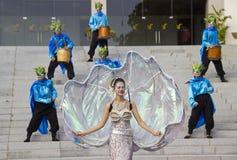 skådespelare i karnevaldräkter arkivfoton