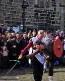 Skådespelare med svärd i det traditionella bra fredag easter hastighetsägget spelar i västra heptonstall - yorkshire Royaltyfria Foton
