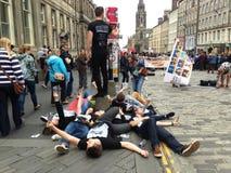 Skådespelare och konstnärer på gatan på Edinburgfransfestivalen rymde varje Augusti Arkivbild