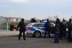 Skådespelare och polisbil Royaltyfria Bilder