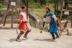 Skådespelare som gör en scenisk byggnadsställning som medeltida kämpar i slotten av Baux-de-Provence Royaltyfria Foton