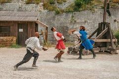 Skådespelare som gör en scenisk byggnadsställning som medeltida kämpar i slotten av Baux-de-Provence Royaltyfri Foto