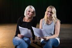 Skådespelare som läser deras skrifter på etapp Arkivbild