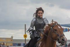 Skådespelare som medeltida riddare Arkivfoton
