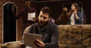 Skådespelare som repeterar i en teater arkivfilmer