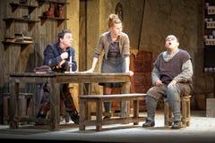 Skådespelarear arrangerar på av den Taganka theatren Arkivfoto
