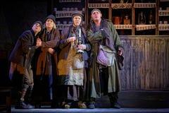 Skådespelarear arrangerar på av den Taganka theatren under kapacitet Royaltyfri Foto