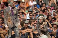 Skådespelareflyttning som zombies Arkivbild
