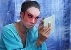 Skådespelaren förbereder sig för kinesisk opera Den kinesiska operan är en forntida drama i musikalisk väg i Bangko Fotografering för Bildbyråer