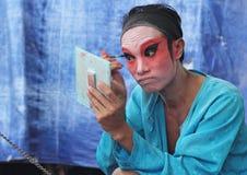 Skådespelaren förbereder sig för kinesisk opera Den kinesiska operan är en forntida drama i musikalisk väg i Bangko Royaltyfri Foto