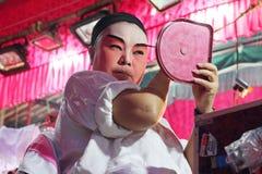 Skådespelaren förbereder sig för kinesisk opera Den kinesiska operan är en forntida drama i musikalisk väg i Bangko Arkivfoton