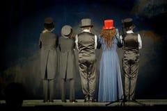 Skådespelarna på etappen av teatern Arkivfoton