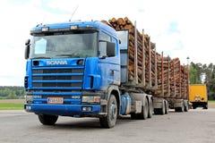 Skåne 420 logga lastbil med Wood släp Royaltyfri Foto