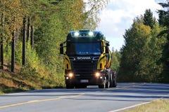 Skåne R500 behållarelastbil på vägen Fotografering för Bildbyråer