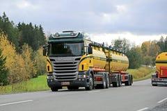 Skåne R480 V8 behållarelastbil i trafik Royaltyfri Bild