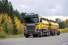 Skåne R480 V8 behållarelastbil på Autumn Road Royaltyfri Bild