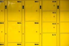 Skåp bakgrund för gul metall och textur, leveranspackelo Royaltyfria Bilder