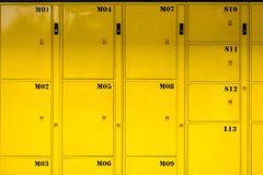 Skåp bakgrund för gul metall och textur, leveranspackelo Arkivbild