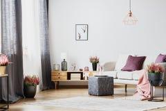 Skåp och soffa fotografering för bildbyråer