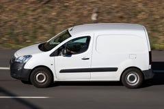 Skåpbil för Peugeot partnerpanel på motorwayen fotografering för bildbyråer