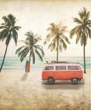 Skåpbil med surfingbrädan på taket på den tropiska stranden royaltyfri bild