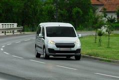 Skåpbil som kör för snabbt royaltyfri foto