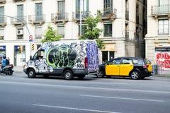 Skåpbil som täckas med grafitti, Barcelona, Spanien arkivfoton