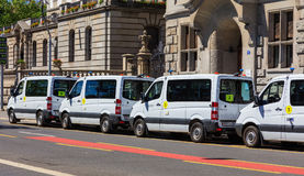 Skåpbilar av Zurich den kommunala polisen som parkeras längs en gata i Zurich Royaltyfria Foton
