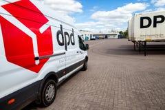 Skåpbilen för tyskmercedes benz från dpd står på logistisk bussgarage arkivbild