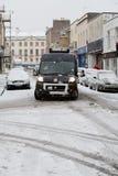 Skåpbilen kämpar för att navigera Bristol gator i snowen Arkivbild
