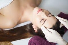 Skóra i ciało opieka Zakończenie młoda kobieta Dostaje zdrój Treatm obrazy royalty free