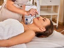 Skóra wynurza się procedury twarzową procedurę na ultradźwięk twarzy maszynie fotografia stock