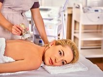 Skóra wynurza się procedury twarzową procedurę na ultradźwięk twarzy maszynie zdjęcia royalty free