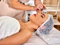 Skóra wynurza się procedury twarzową procedurę na ultradźwięk twarzy maszynie obrazy stock