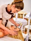 Skóra wynurza się procedury twarzową procedurę na ultradźwięk twarzy maszynie obraz stock