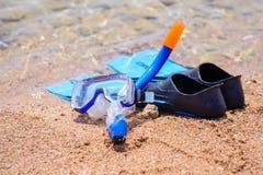 Skóry nurkowego wyposażenia stać przygotowywam na plaży Zdjęcie Royalty Free