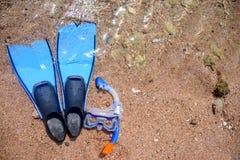 Skóry nurkowej przekładni lying on the beach na plaży Zdjęcia Royalty Free