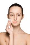 Skóry opieki kobieta usuwa twarz z bawełnianego mopu ochraniaczem Zdjęcia Stock